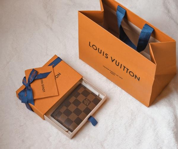 Zoom sur le porte-cartes Louis Vuitton